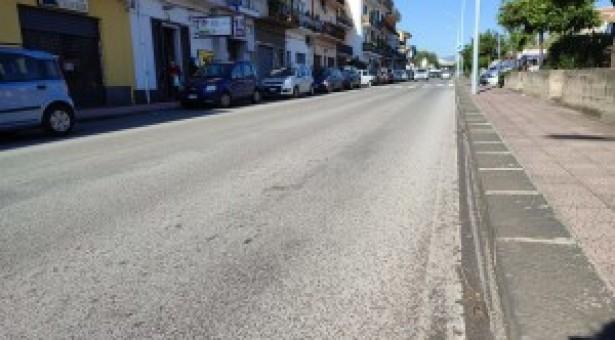 Taormina, Aiace aiuta automobilista finita all'interno di una buca stradale