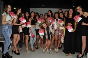 Le ragazze #Siciliescion con la rivista dell'evento.
