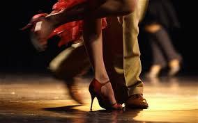 particolare dei piedi di ballerini di tangi