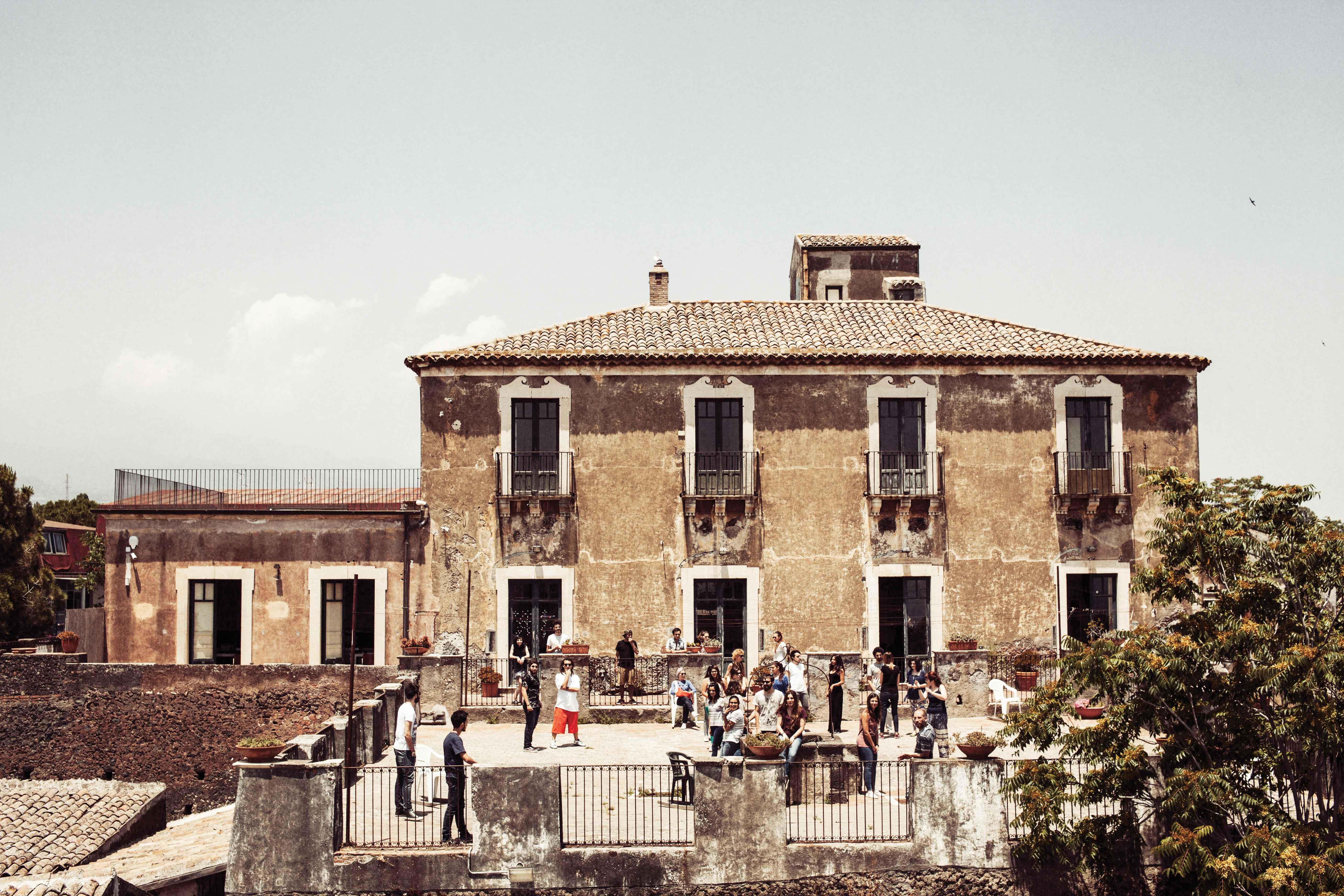 L'antico caseggiato settecentesco, sede dell'Abadir a SAnt'Agata LI Battiati (CT).