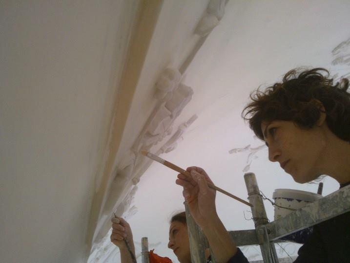 Arcangela e Francesca all'opera nel restauro stucchi ornamentali.