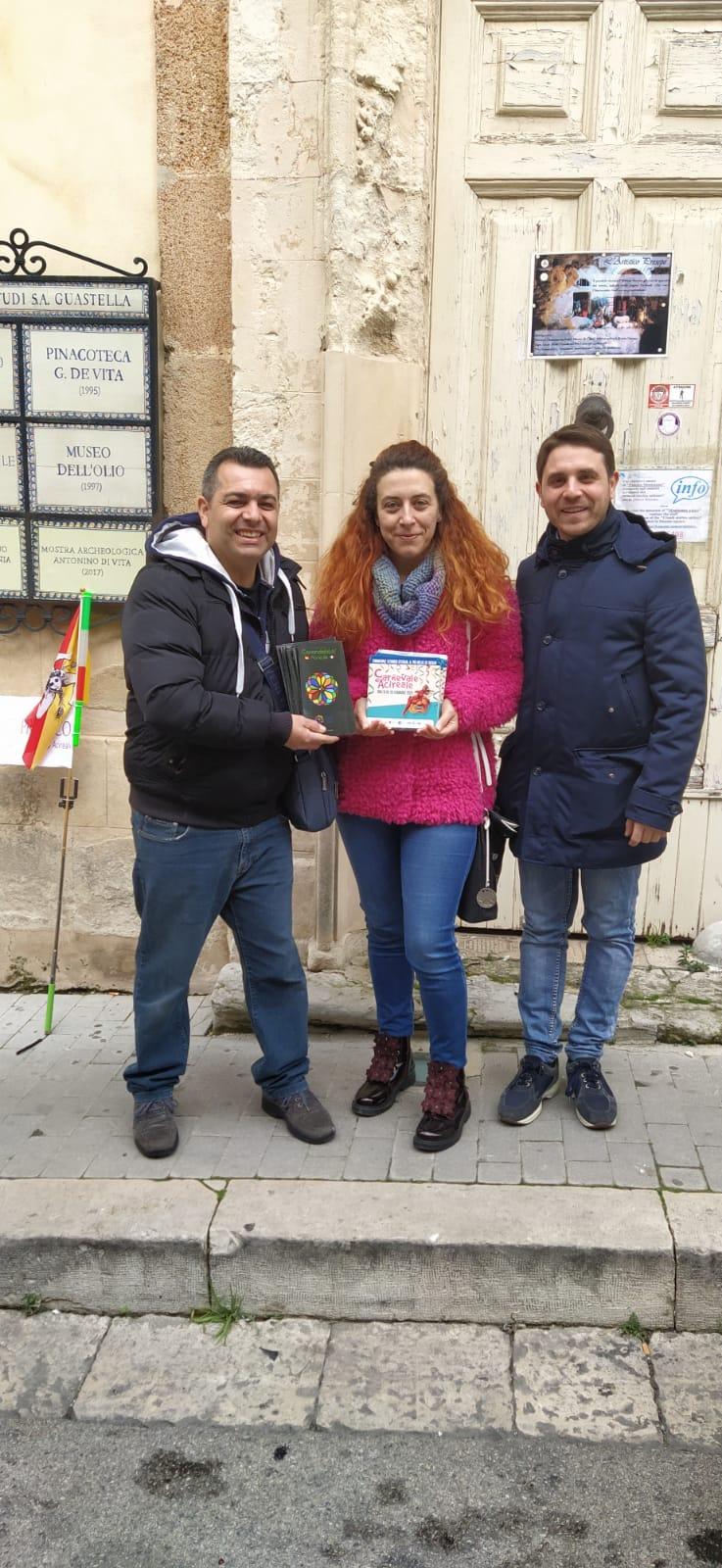 La Pro Loco Acireale consegna il materiale promozionale della Città di Acireale al membro del CDA e tesoriere della Pro Loco Chiaramonte Gulfi, Elisa Ragusa